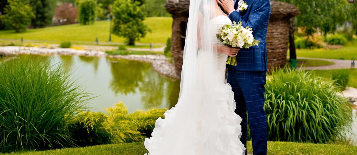 how to plan an outdoor wedding bride and groom featured