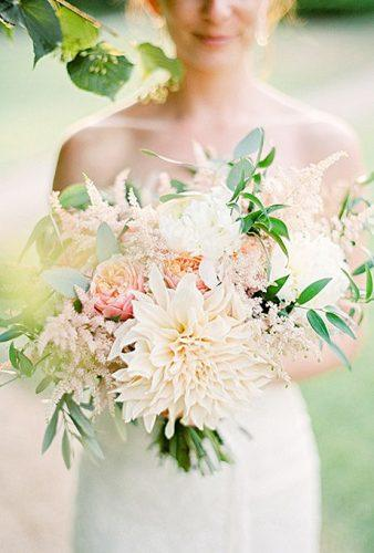 popular-wedding-flowers-bouquet-with-dahlias-branco-prata