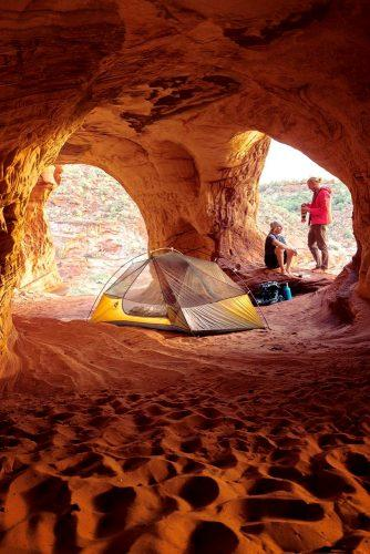 the best honeymoon destinations in usa mountaine-view-couple-in-cave