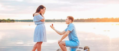 wedding proposal ideas man propose a woman at the beach featured