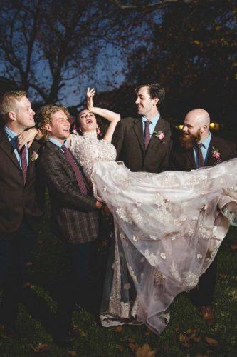 groomsmen photos happy funny with bride in hands koringkriek