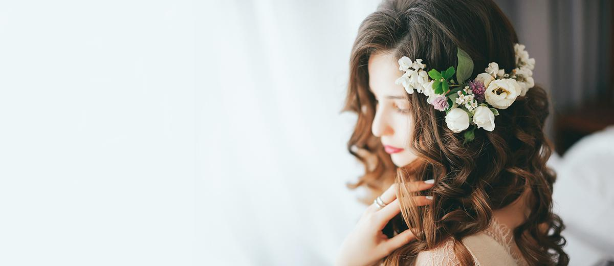 wedding hairstyles with flowers featured