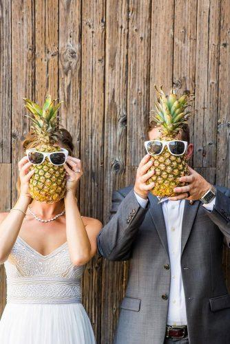 funny wedding pictures happy bride and groom with pineapples truephotography via instagram