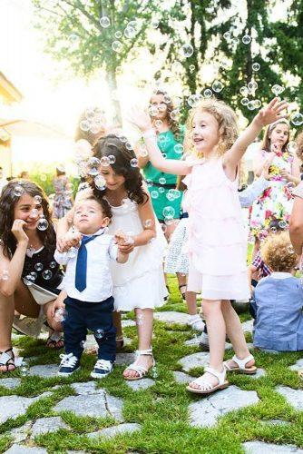 funny wedding pictures happy kids in bubbles ozgesahinphotography