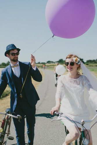 wedding photo shoot bride and groom on a bicycle with ballons capturelife photography