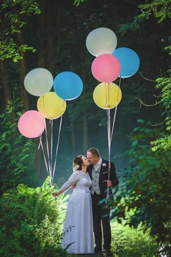 wedding photo shoot bride and groom with colors ballons siwikstudio via instagram
