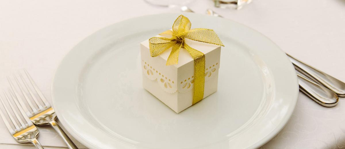 cheap wedding favors featured image