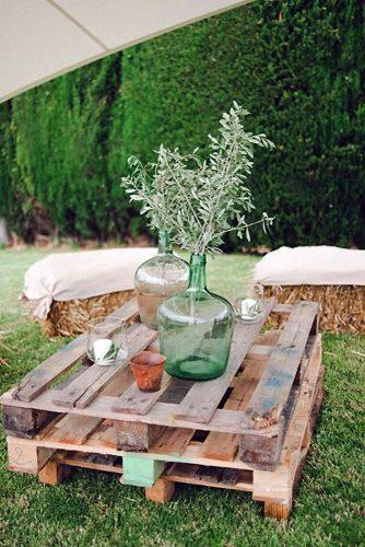 country wedding pallet with glass vases and greenery padilla & rigau photographers