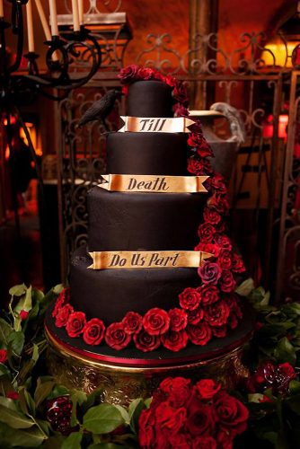 halloween wedding ideas black cake decorated with red roses with a romantic inscription on golden plates photo pink