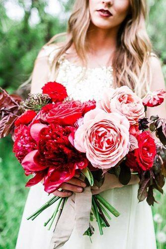 gorgeous summer wedding bouquets red big bouquet maryclaire photography
