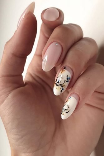 nail ideas light beige nails with flowers and minimalistic rhinestones eroma_nails