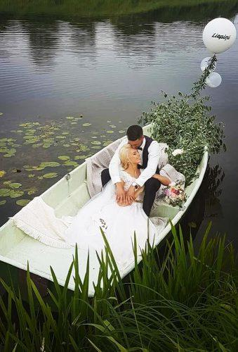 romantic photos wedding day couple in white boat sapnu pietura