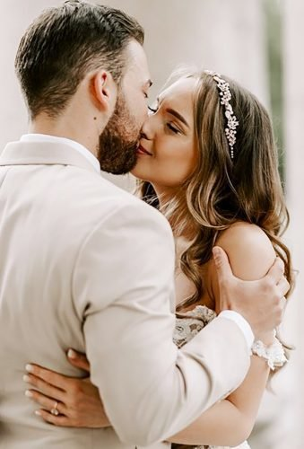 romantic photos wedding day tender kiss brigittefoysi