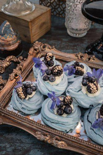 wedding cupcake cosmic blue with berries flowers and gold pablo laguia
