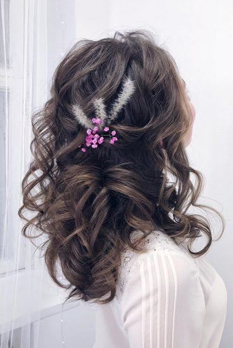 wedding hairstyles for thin hair loose dark medium curls and lilas flower makeupditt