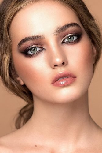 wedding makeup for green eyes wih blush lips and black eyeliner deniskartashev