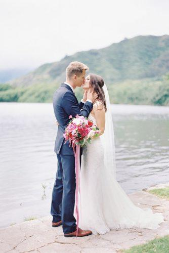 creative wedding kiss photos couple with red bouquet thegreatromancephoto