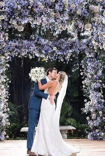 creative wedding kiss photos kiss in garden anoivadofuturo