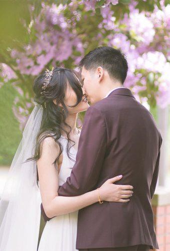 creative wedding kiss photos kiss in pink flower aikafozphotography