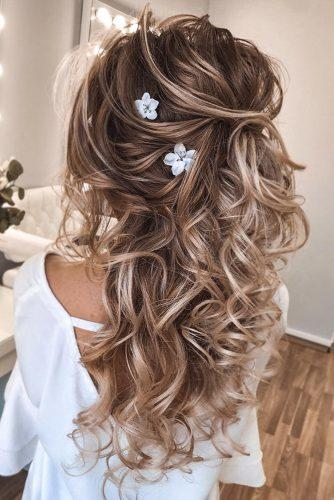 summer wedding hairstyles blonde loose curls on blonde hair with white flowers tatistylespb