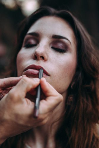 bride doing makeup lorena erre photography