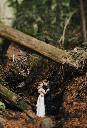 fall wedding photos couple in forest evynnlevalley