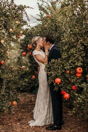 fall wedding photos couple kiss pomegranate elisabettalillyred