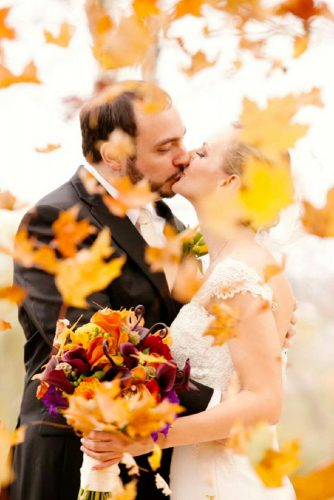 fall wedding photos unusial kiss deborahzoephoto