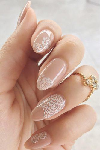 nail design mude with white flowers and lace st8cy
