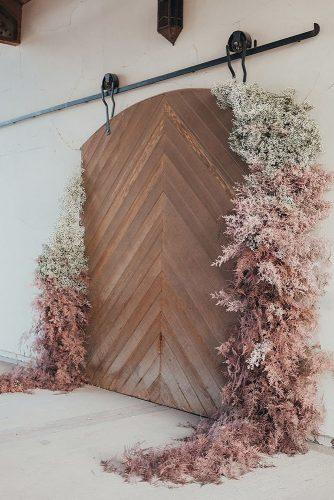 wedding ideas wooden backdrop natural grass decorations briawnameier