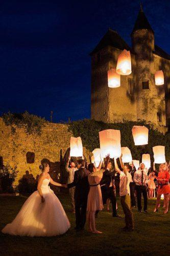 sky lanterns bride groom guests sky lanterns jb_ducastel_photographe