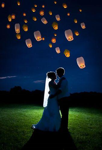 sky lanterns night romantic couple unser lanterns domchieraphotography