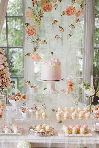 2019 wedding trends suspended peach flowers above gentle dessert table katya_avramenko