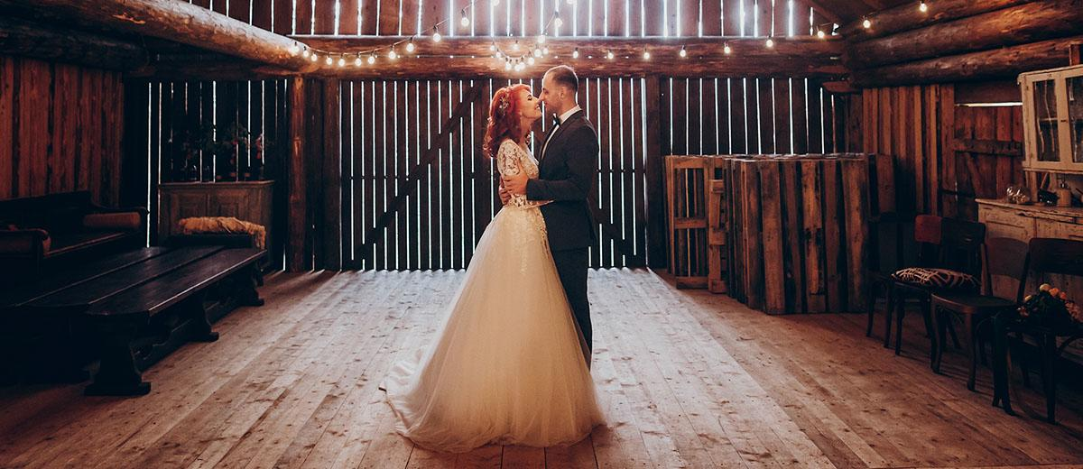 30 Creative Ways To Decorate Barn Wedding