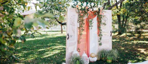 coral wedding decorations featured image