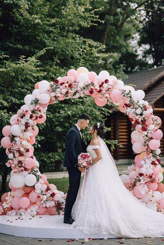wedding trends 2019 groom and bride pink white round wedding arch with ballons and flowers ranierjohny