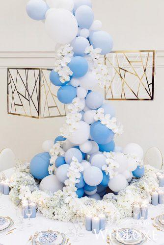 wedding trends 2019 tadle decor with blue ballons and candles mangostudios