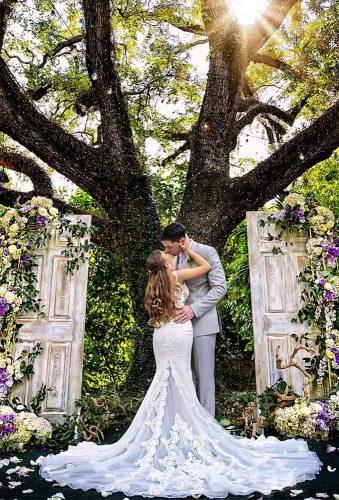 creative wedding kiss photos kiss near tree adamoprisphotography