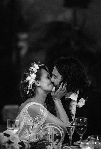 creative wedding kiss photos kiss on the table rodolfomcartney