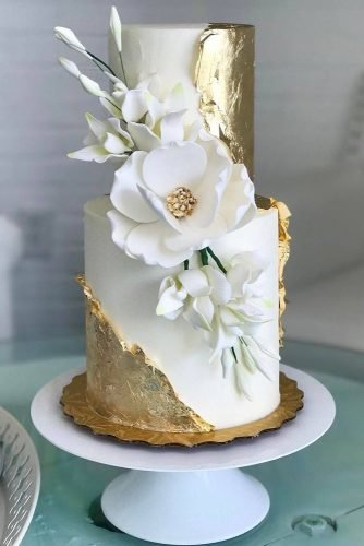 wedding trends 2019 white wedding cake with gold décor and whiteflower honeylovecakery