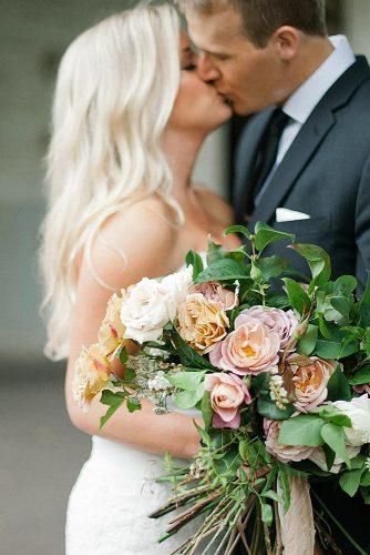 wedding photographers newlyweds kissing wedding bouquet melissaoholendt