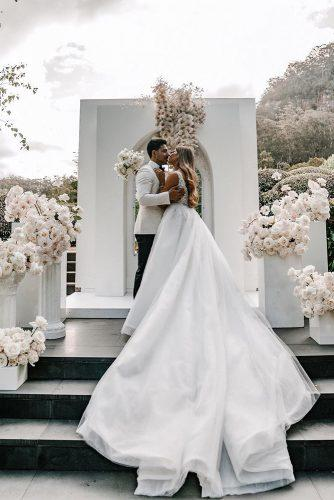 modern wedding decor ideas minimalist white ceremony with orchid and rose flowers siempreweddings