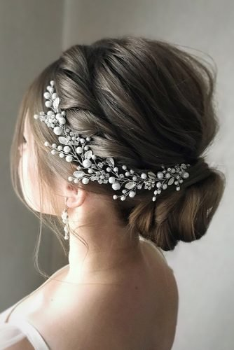 classic wedding hairstyles low bun with side halo with pearls julia_alesionok