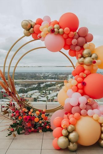 wedding trends 2020 round shaped altar with flowers and balloons pampas grass simone_creative