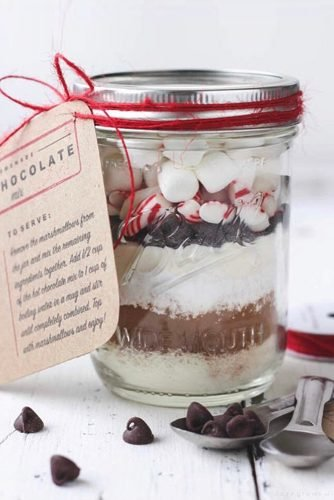 christmas wedding ideas hot chocolate mix jars wedding favors