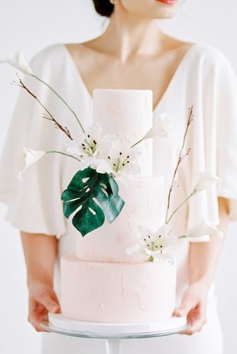 wedding ideas for summer wedding cake with monstera leaf
