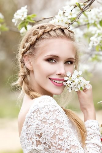 wedding trends smiling bride with natural makeup