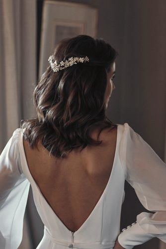 wedding hairstyles for medium hair loose curls on dark hair with accessorie pearl and sparkles taniamaras