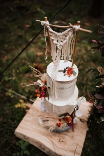forest wedding styled shoots bohemian naked cake with macrame and pampas grass fotografie danielaebner