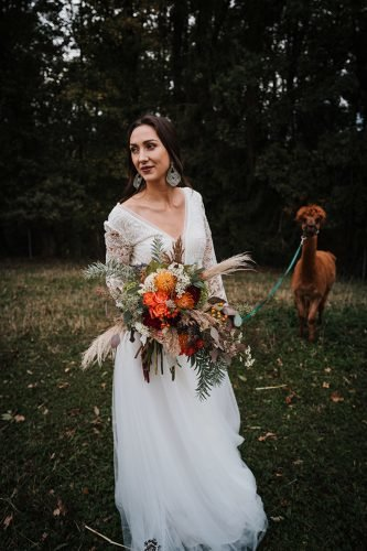 forest wedding styled shoots bride with cute lama fotografie danielaebner